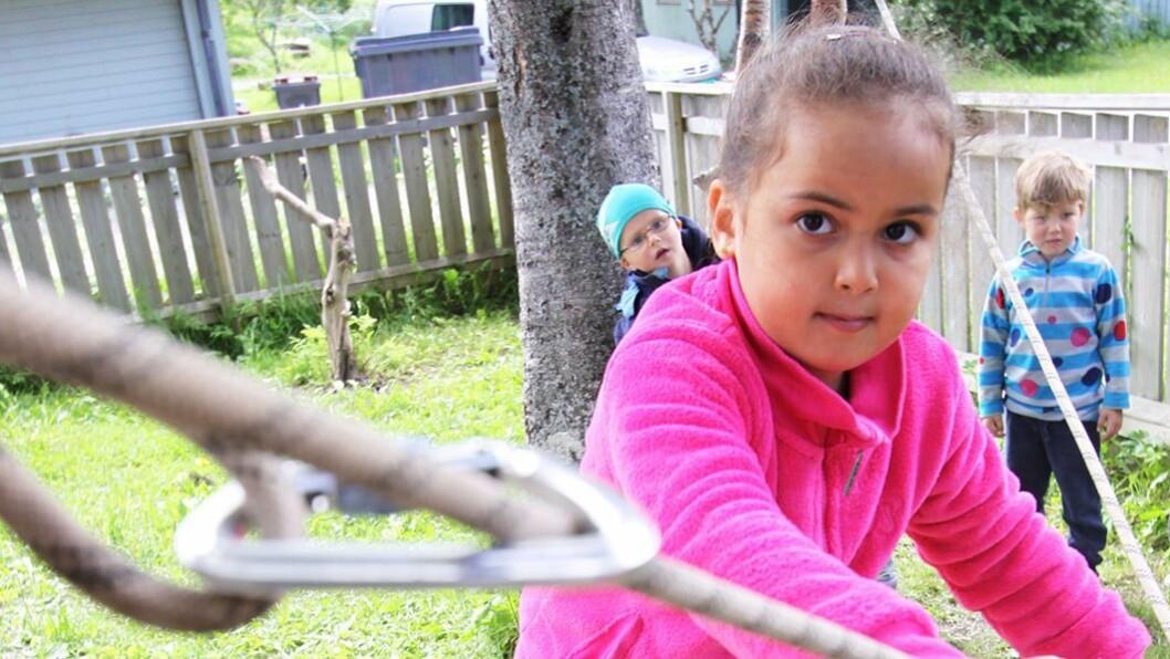 Barns hjerne utvikler seg i takt med fysisk aktivitet. Her balanserer Sara (6) på line i Vågønes barnehage i Bodø.
