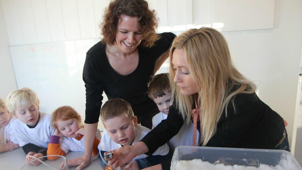 Leder av Pi-Parken, Anja Sterner (t.h) viser spente barn fra iFokusbarnehagen enkel forskning. Foredragsholder og pedagogisk leder i Pi-Parken, Gunnbjørg Hauge til venstre.