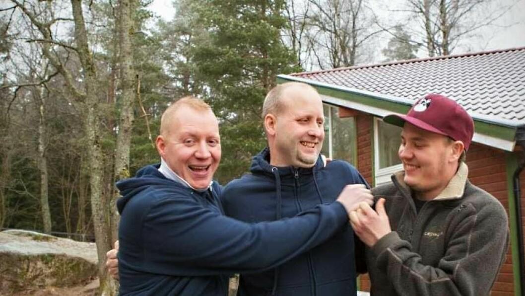 De blir gjerne med på litt sprell, karene i Tiriltoppen barnehage. Her blir Gunnar Frantzen arrestert av kollegene Christian Thomassen (tv) og Robin Eikeset.