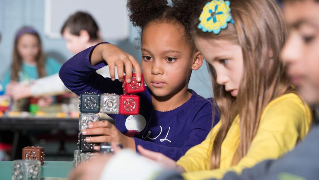 Robotteknologi for barn: Én kloss har batteri, en annen en prosessor til å bearbeide data, en tredje har en sensor som kan måle avstand, mens andre igjen har hjul eller lys. Når de sette riktig sammen kan de sanse, bearbeide informasjon og handle. Dette er grunnleggende funksjoner i en robot.