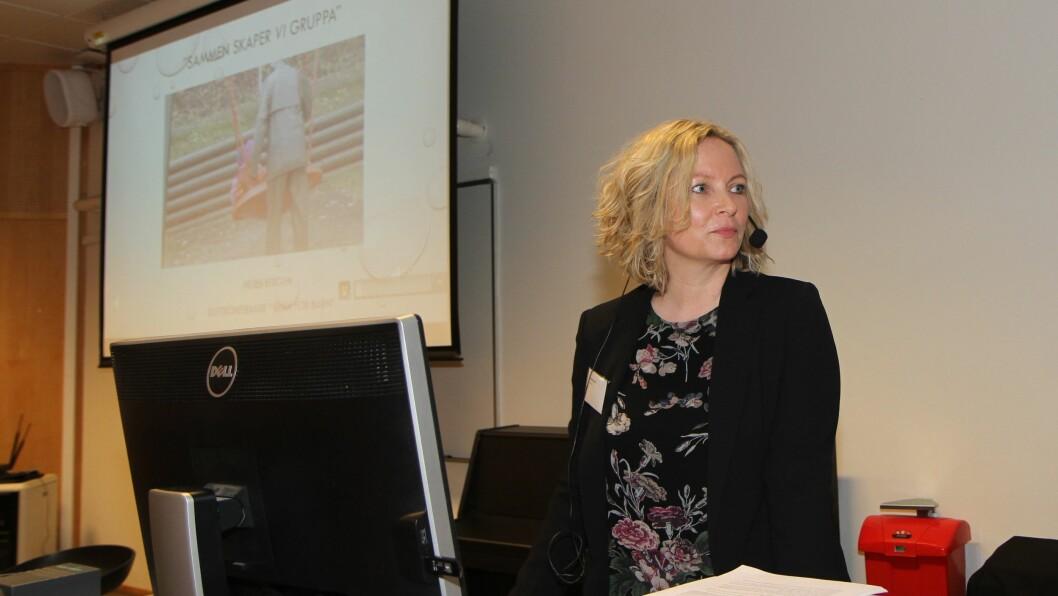 """Stipendiat Helen Bergem ved Høgskolen i Oslo og Akershus har analysert samspillet mellom barnehagelærer og barn i grupper. Her presenterer hun sine funn på avslutningskonferansen til """"Blikk for barn""""."""