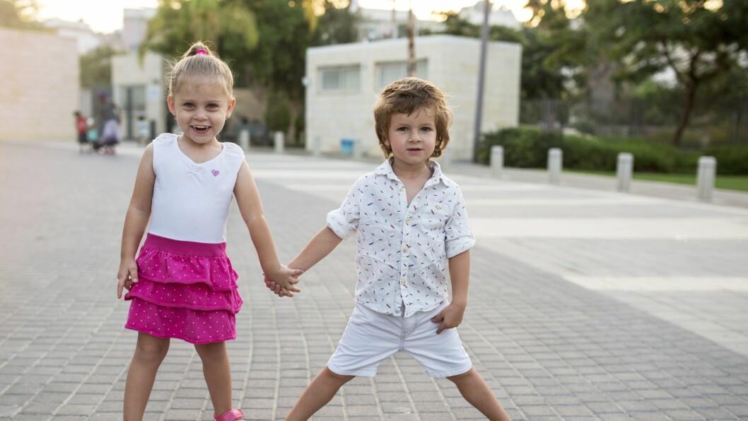 Ansatte i barnehager sier til jenter at de er yndige og at klærne deres er søte. Guttene får høre at de er store og sterke og at klærne er tøffe eller kule, viser studien.
