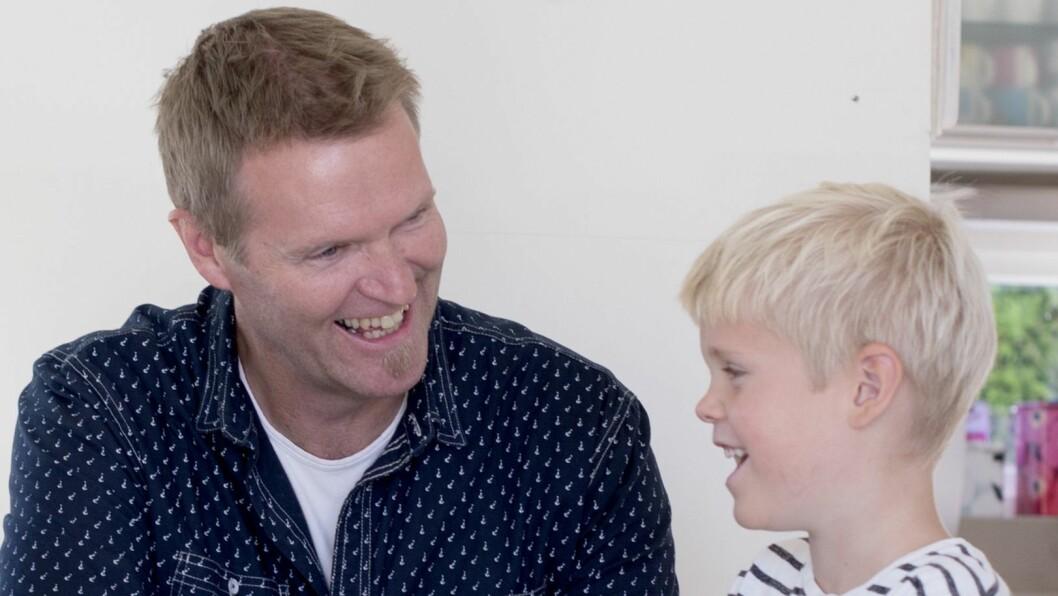 Forsker og barnehagelærer Per-Einar Sæbbe ved Universitet i Stavanger sammen med sønnen sin hjemme i det en må kalle en lystbetont undervisningssituasjon.