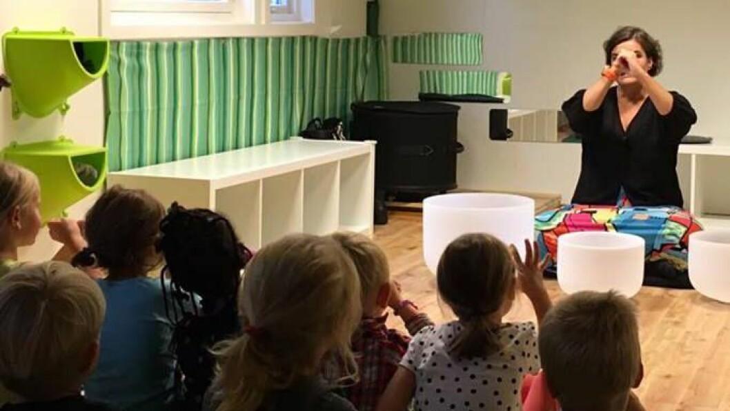 """Sonia Loinsworth med konserten """"Akustiske Stemninger"""" i en barnehage på Hamar."""