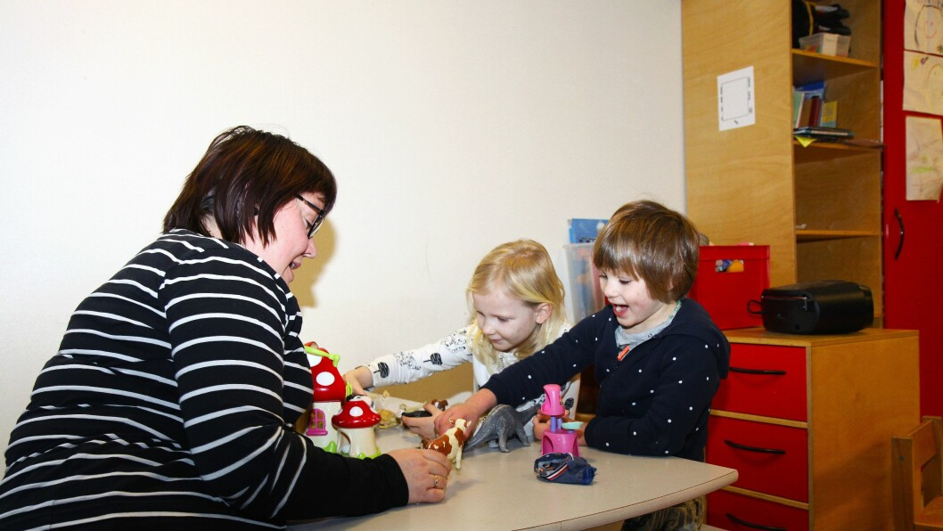 Prosjektleder for utviklingsarbeidet i TIPP, Solveig Holter Tollefsen. Her i lek med barn fra Solbakkeparken barnehage i Halden.