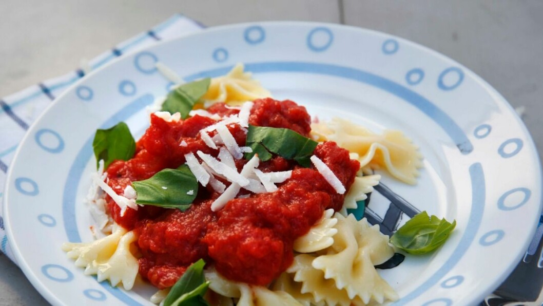 Denne tomatsausen er fin for barna å være med på.