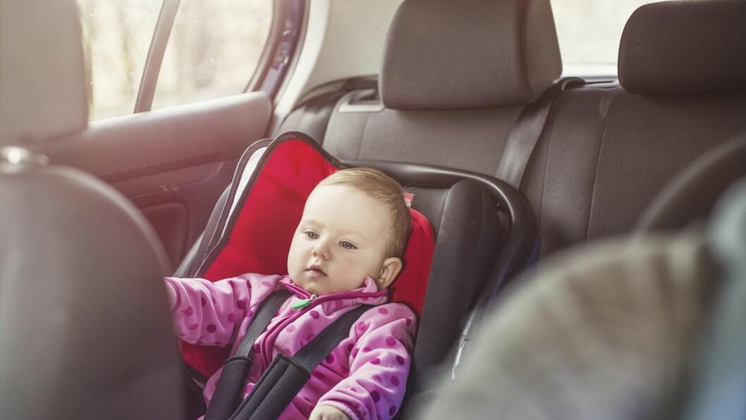 Over halvparten av alle norske barn under fire år sitter feil vei i bilen.