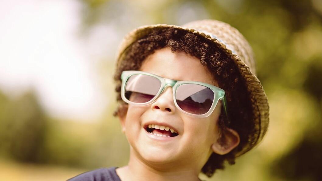 Ikke godt nok: Det nytter ikke å beskytte øyene med solbriller under solformørkelsen fredag. Heller ikke to par.