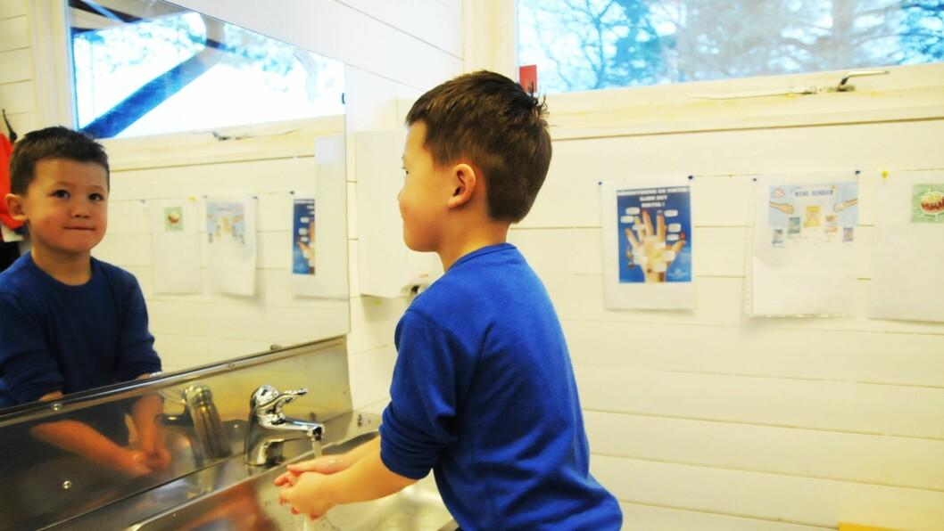 Even har lært tommel opp-regelen og vet at han må tørke hendene helt etterpå.