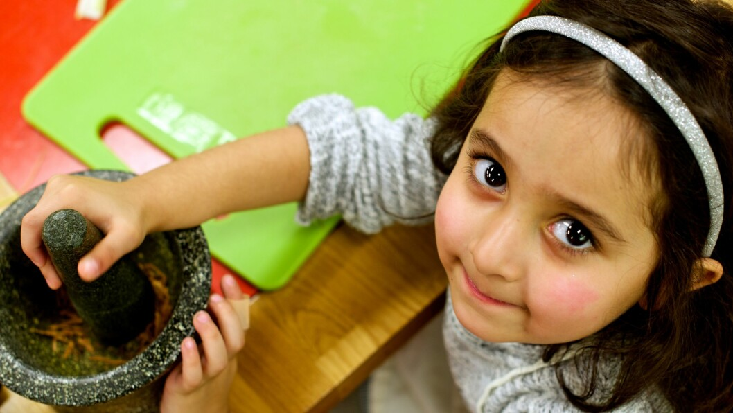 Å knuse krydder i mortel, var nytt for barna.