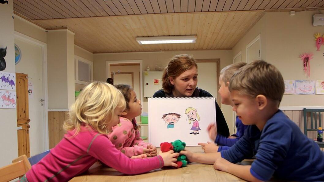 Alle kan være triste: Pedagog Kristin R. Kjærnes viser barna i Ørejordet barnehage hva det vil si å være trist. – Også dyr kan være triste, tror barna.
