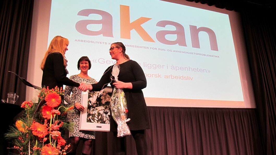 Gjev pris: Verneombud Åse Kummervold (f.v.) og daglig leder Sølvi Dahle i ABC Bakken barnehage får tildelt AKAN-prisen 2014 av statssekretær Cecilie Brein-Karlsen (Frp) i Helse- og omsorgsdepartementet på AKAN-konferansen i Oslo.