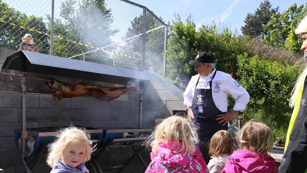 Barnehageeier, barnehagelærer og mesterkokk Stefan Trygve Soos har fått grisen på grillen. – Vi ønsker å formidle god mat i barnehagen, og vi skal gjøre ting ordentlig. Vi lager absolutt all maten fra grunn av — noe som for øvrig ikke koster mer enn å bruke poser — og vi bruker lokale råvarer så langt det er mulig, sier han.