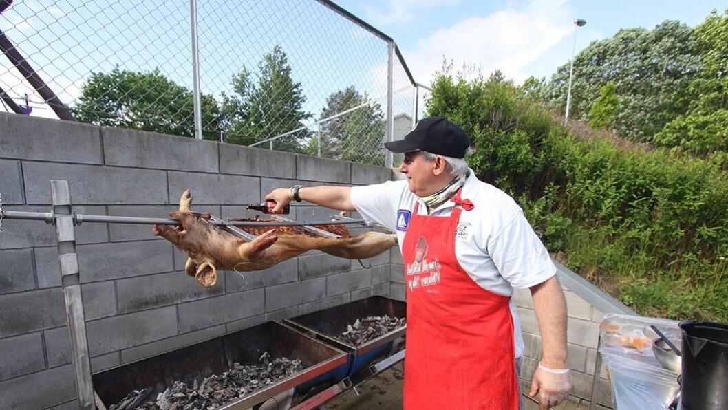 Stefan Trygve Soos smører grisen jevnlig med marinade — samt noen runder med øl for å tilføre kjøttet smak og fuktighet.