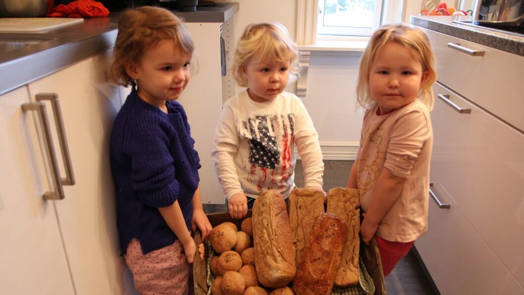 Økologisk brødmat. Brødene står nystekte når barna kommer i barnehagen og til suppelunsjen er det også laget grove rundstykker.