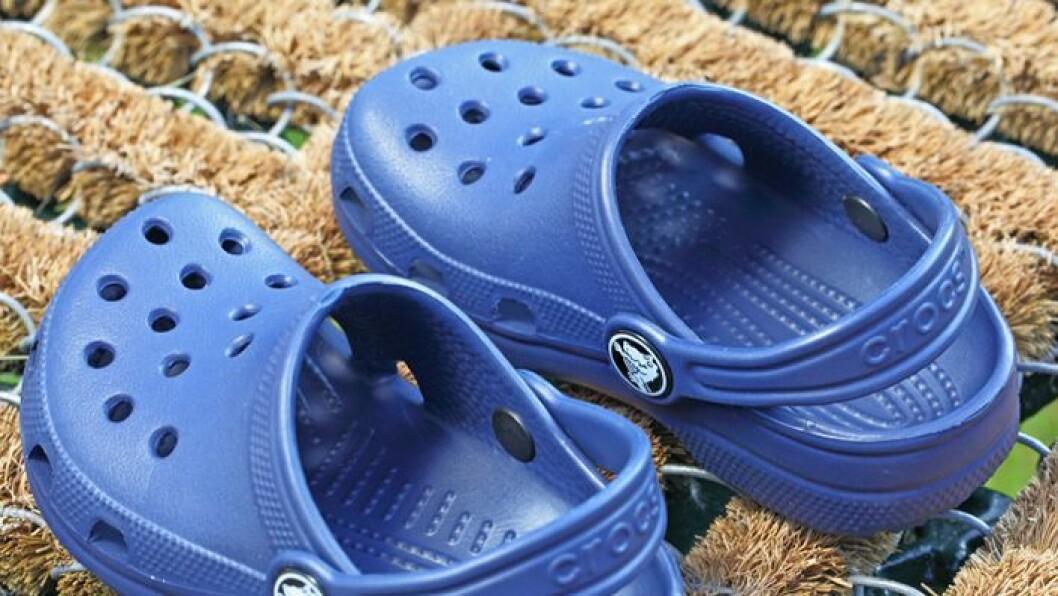 Farlig for foten: Fotterapeut Siv Nilsen advarer mot bruk av den populære crocsen blant små barn og da spesielt barn i alderen opp til seks år, da foten kan bli feilutviklet.