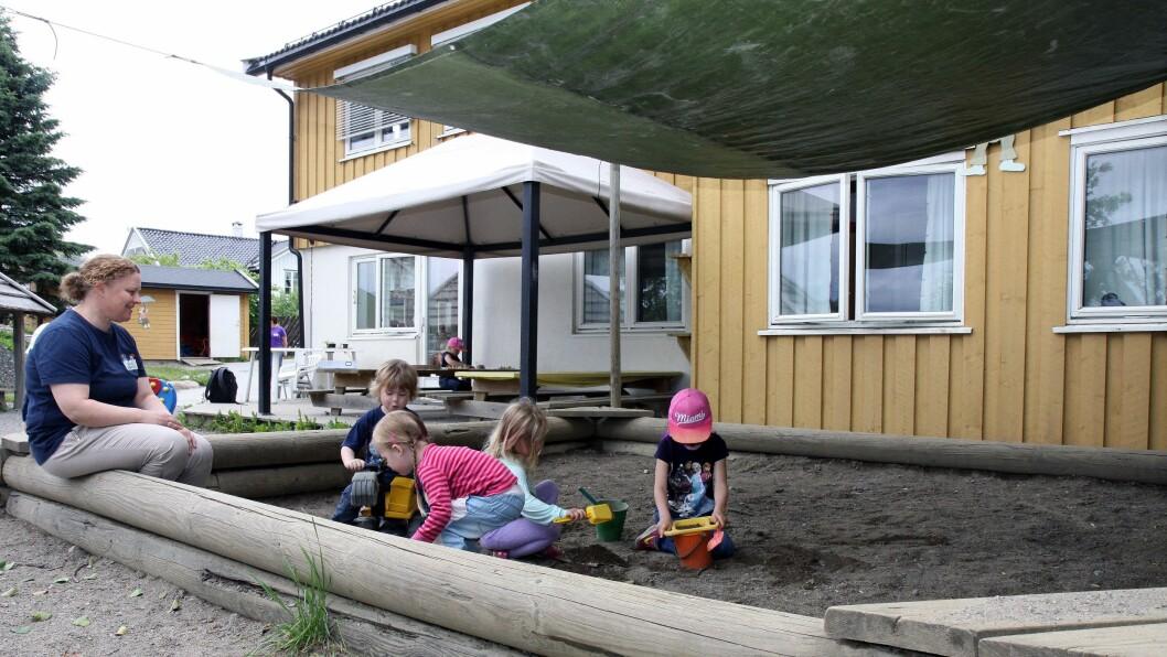 Garder barnehage har gjort en del justeringer på uteområdet sitt for å skape flere skyggefulle områder som barna kan leke i på dager når solen steker. Solseil kan kjøpes, men man kan også gjøre som denne barnehagen og lage sitt eget av en presenning.