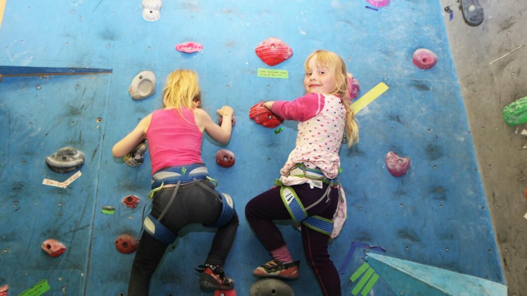 Viktoria og Pernille, begge seks år, bryr seg ikke om å vente på tauet. Her skal det klatres!