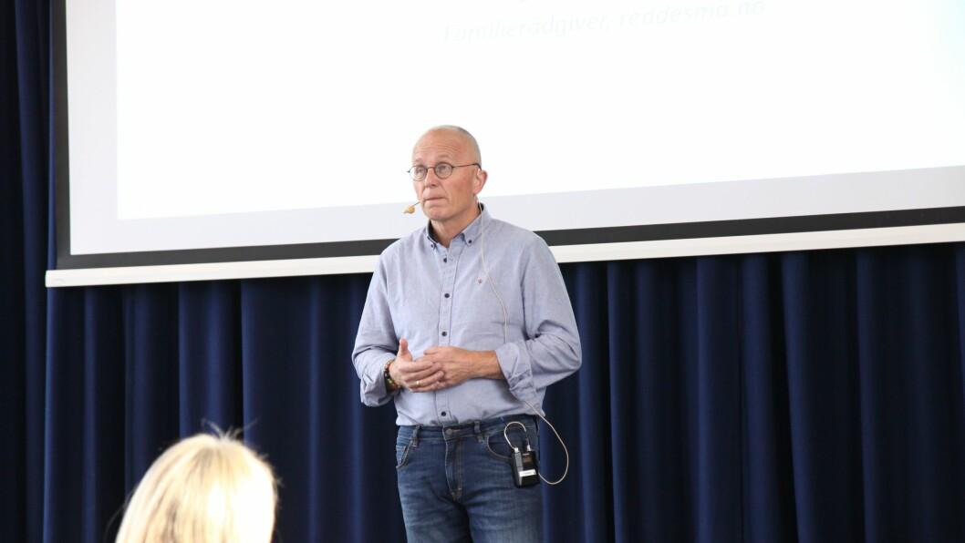 Øivind Aschjem er forfatter, tidligere familieterapeut i Alternativ til Vold og initiativtaker til reddesmå.no. Her står han på scenen under Stiftelsen Kanvas' konferanse om barns seksualitet og forebygging av overgrep.