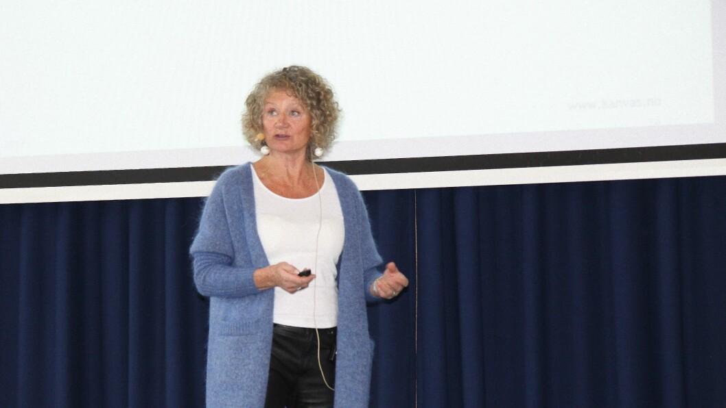Pia Friis på scenen under Kanvas' konferanse om om barns seksualitet og forebygging av overgrep. Friis holder kurs om hvordan personalet i barnehagen kan forholde seg til barns seksualitet og leker, for Kanvas kompetanse.