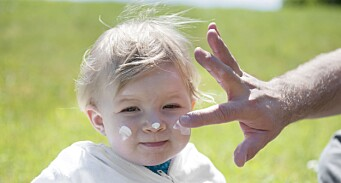 Kun 3 av 13 solkremer for barn godkjent av Forbrukerrådet