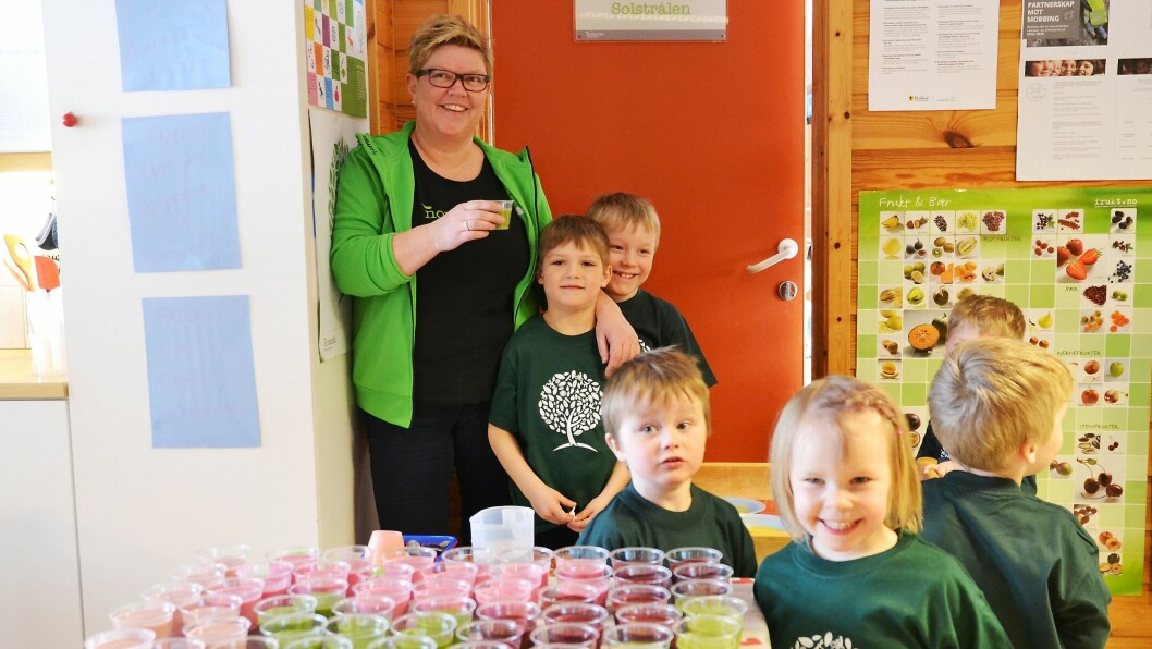 Anniken Johansen og ungene foran dagens lunsj. Suppe, frukt, smoothie, blant annet.