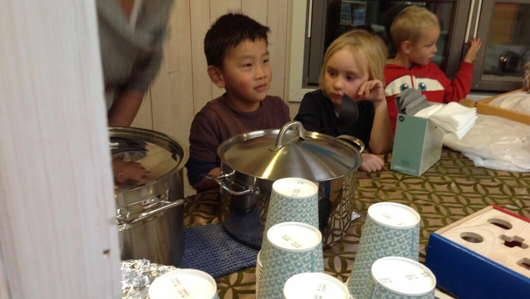 Alexander, Sondre og Gabriel selger saft, suppe og rundstykker.