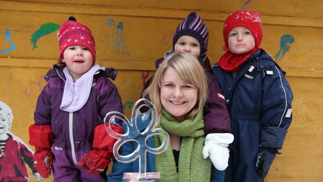 I all hemmelighet spredte de glede og farge med sine små kunstdrypp i nabolaget. Kreativiteten til barna i Kampen Kunstbarnehage ble belønnet med Den nasjonale barnehageprisen i 2014. Her viser edagogisk leder Trine Bakken stolt fram skulpturen av kunstner Harald Bodøgaard.