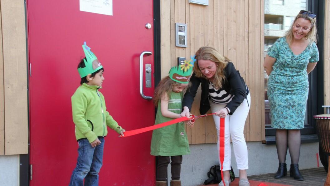 Barnehagebyråd Anniken Hauglie klippet høytidelig snoren og erklærte Sørenga Barnehage i Gamle Oslo for åpnet.