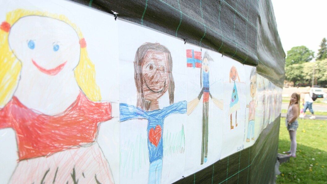 Meterlang kunst. Festivalsjef Paulina Winge Himset inspiserer tegningene som barn i barnehager fra hele landet har laget. Foto: Trine Jonassen.