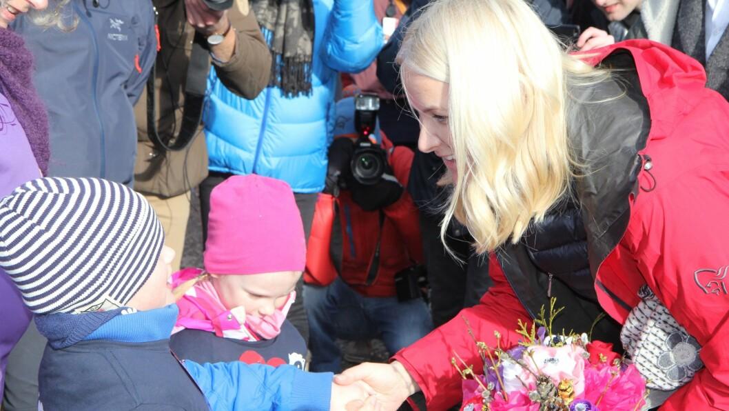 Stor stas for blomsterbarna Markus og Nora da de fikk overrekke kronprinsessen blomsterbukett med bling som aldri visner.