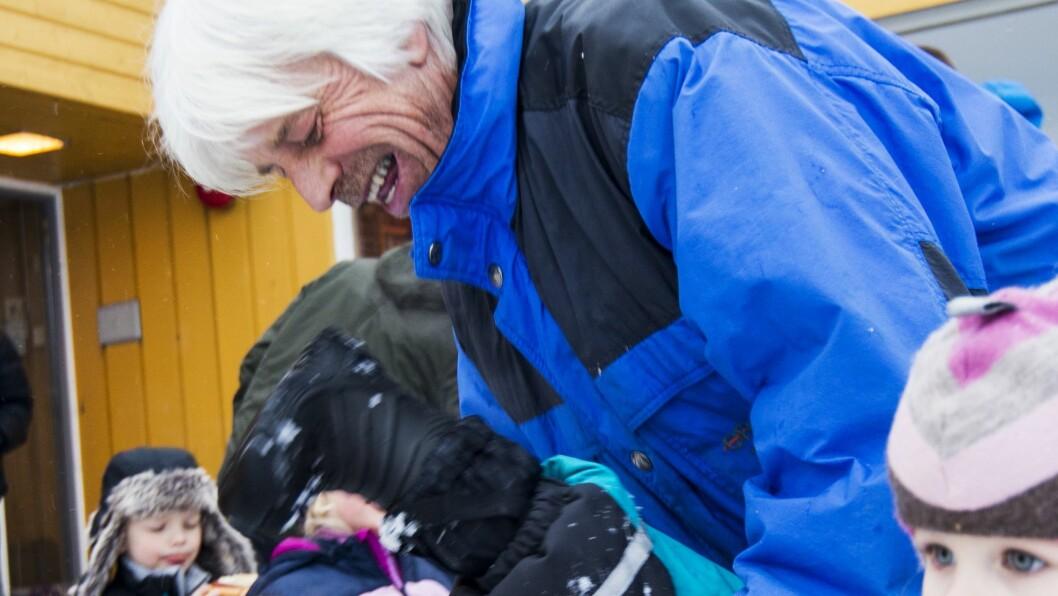 Erik Jansen har tatt vare på Stinaløkka-barna i 40 år. Siste dag før han gikk ut med pensjon, var intet unntak.Foto: Ole Bruun/Kanvas.