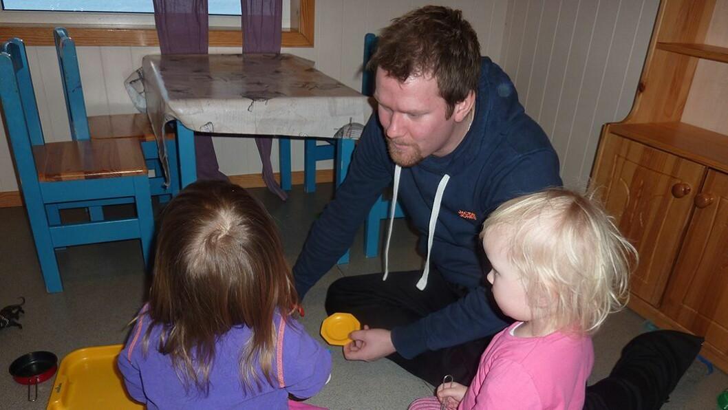 Populær stemme: Barnehagelærer Stian Pedersens kronikker om barn blir svært godt mottatt. Her er han på jobb, med to toåringer i Trollskogen barnehage.