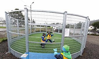Har brukt tre millioner kroner på ny lekeplass til barna
