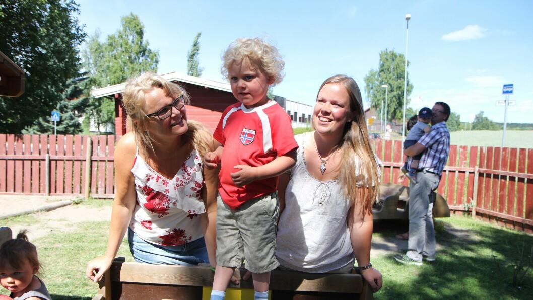 Trygghet. – Jeg ser at barna mine trives i barnehagen og at de er trygge. For meg som mor er trygghet og trivsel det aller viktigste i barnehagen, sier Elisabeth Fjellstad (t.h), her sammen med sønnen Hågen (3) ogdaglig leder Anita Tollefsen.