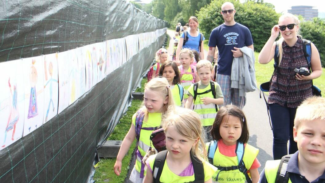 Barna i Eplehagen Kanvas Barnehage synes det er stor stas og lete etter sine egne bilder. Foto: Trine Jonassen
