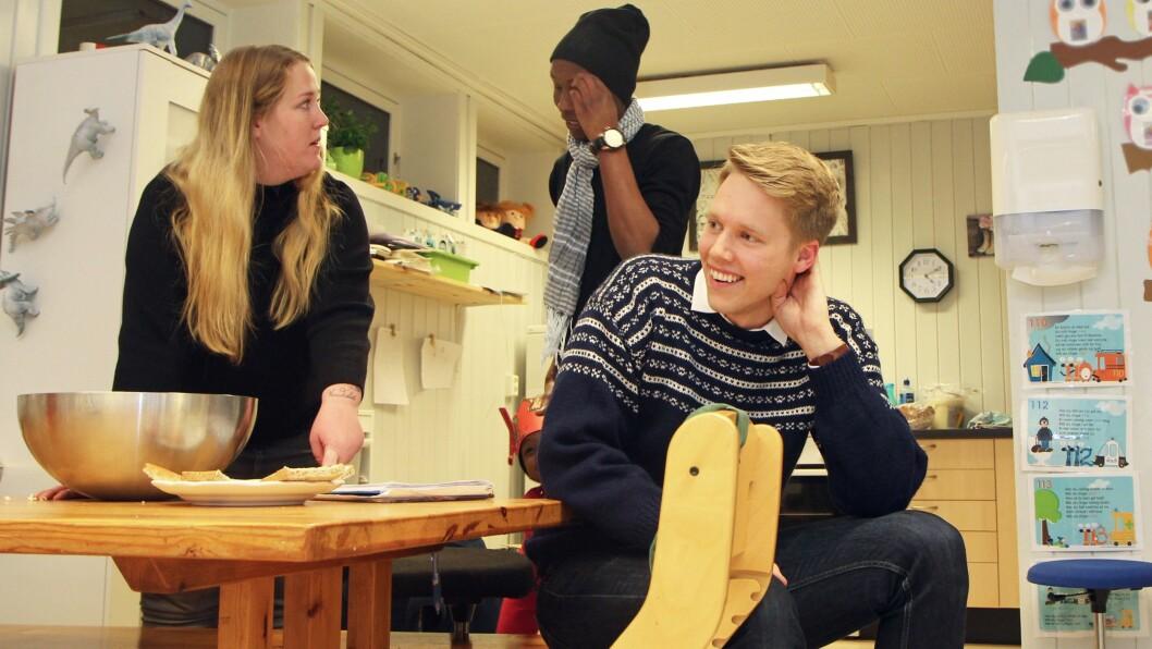 Styrer Kjetil Krogstad i Smedbakken FUS barnehage sammen med pedagog Julie Foldager Pedersen og en pappa som er på vei for å hente sønnen sin.