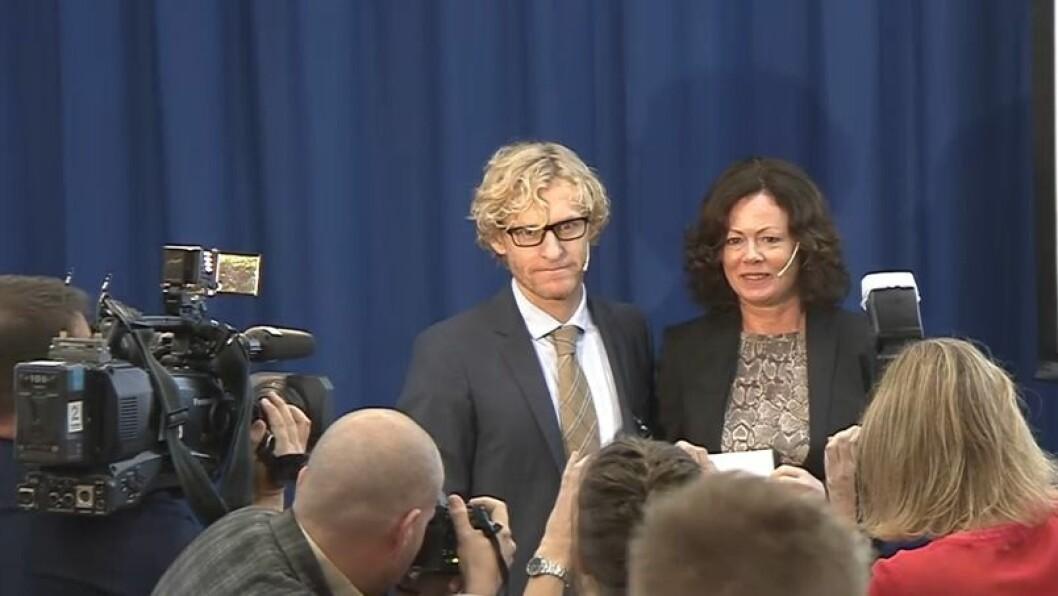 Utvalgsleder Christian B. Sørensen og barneminister Solveig Horne på overrekkelsen av forslag til ny barnevernslov.