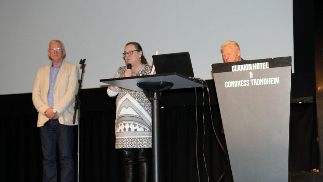 Kari Hoås Moen presenterer boka under DMMHs barnehagekonferanse «Barns læring i barnehagen – mellom styring og ledelse». Til venstre er medredaktør Per Tore Granrusten og til høyre medredaktør Kjell-Åge Gotvassli.