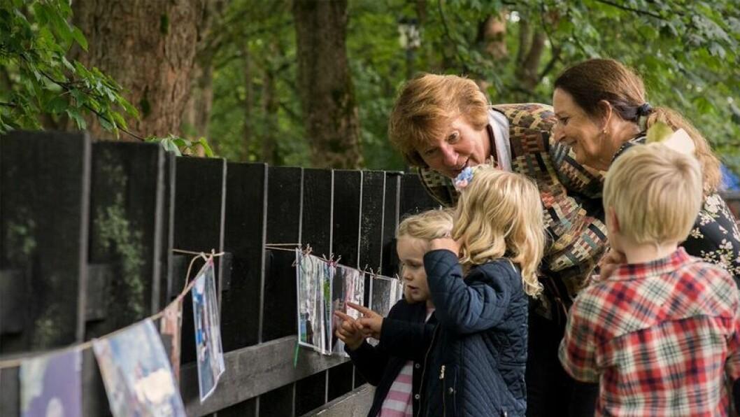 Andrea, Ineke og Christian viser Oslo-ordfører Marianne Borgen utstillingen barna i Tørtberg Kanvas-barnehage har laget i forbindelse med 50-års jubileet.