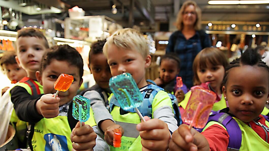 Skal det være en kjærlighet på pinne med larve i? Barnehagebarna lot seg fascinere av godteri med en helt ekte larve inni.