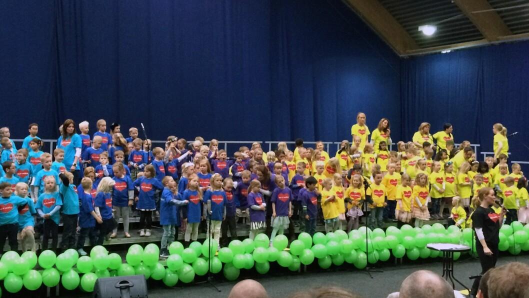 136 barn fra Læringsverkstedets barnehager i Eidsvoll dannet hjertekor.