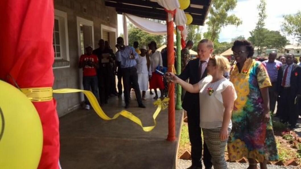Snorklippingen ble utført av Kate fra SOS-barnebyer og kommunikasjons- og organisasjonsdirektør i Espira, Jens Schei Hansen.