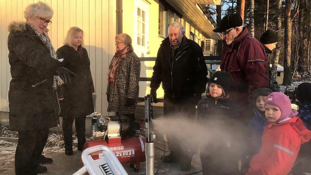 Snøkanonen ble prøvekjørt under overrekkelsen tirsdag. Men barnehagen må oppgradere utvendig strøm- og vannuttak før produksjonen kan settes fullt i gang.