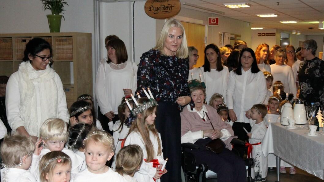 Løkenåsen barnehage gikk i Lucia-tog for beboerne på Lørenskog sykehjem og selveste kronprinsparet.