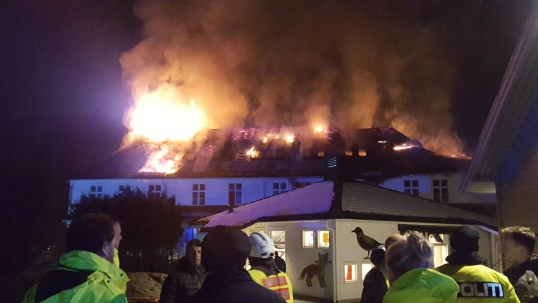 Stedjetunet ble søndag kveld rammet av brann. Hovedbygningen er ifølge flere kilder utbrent innvendig.