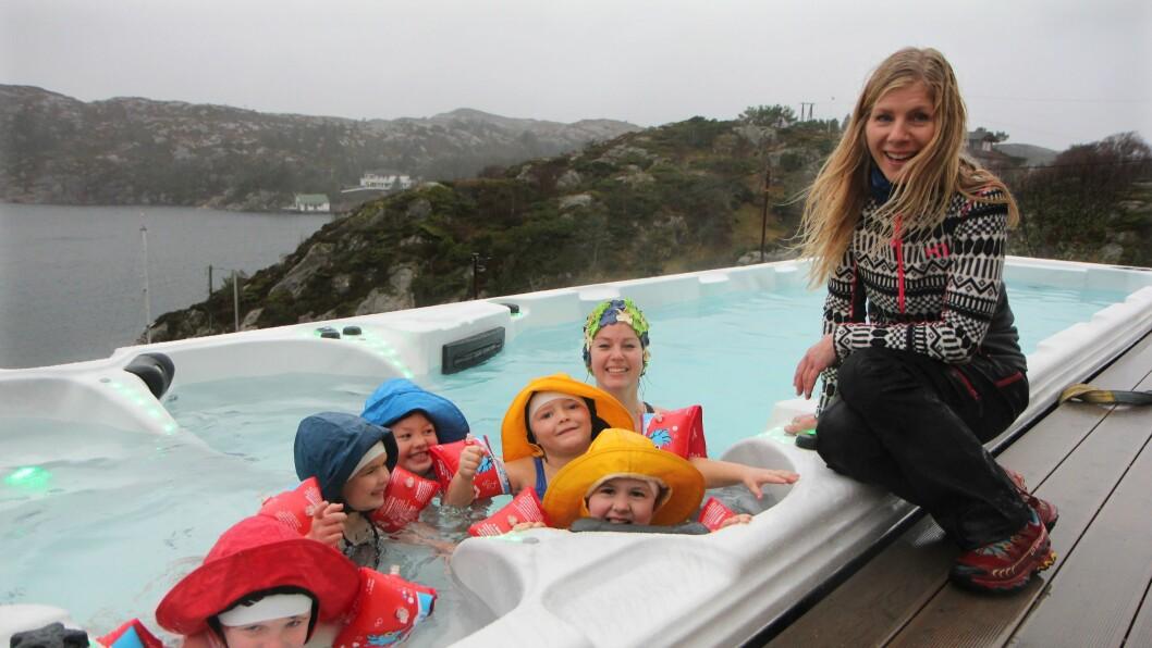 Eier og daglig leder Lise Lauvik i Langøy friluftsbarnehage har lenge ønsket å bygge basseng. Torsdag var det en realitet. Og pedagogisk leder Madeline Børnes fikk gleden av å ta et første bad sammen med fem av barnehagens 5-åringer.