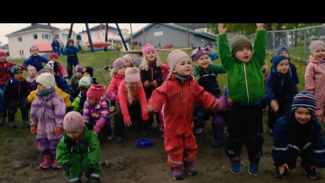 Barn i Bikkjestykket barnehage har bidratt både med ideer til sangteksten og til hva de skulle gjøre i musikkvideoen.