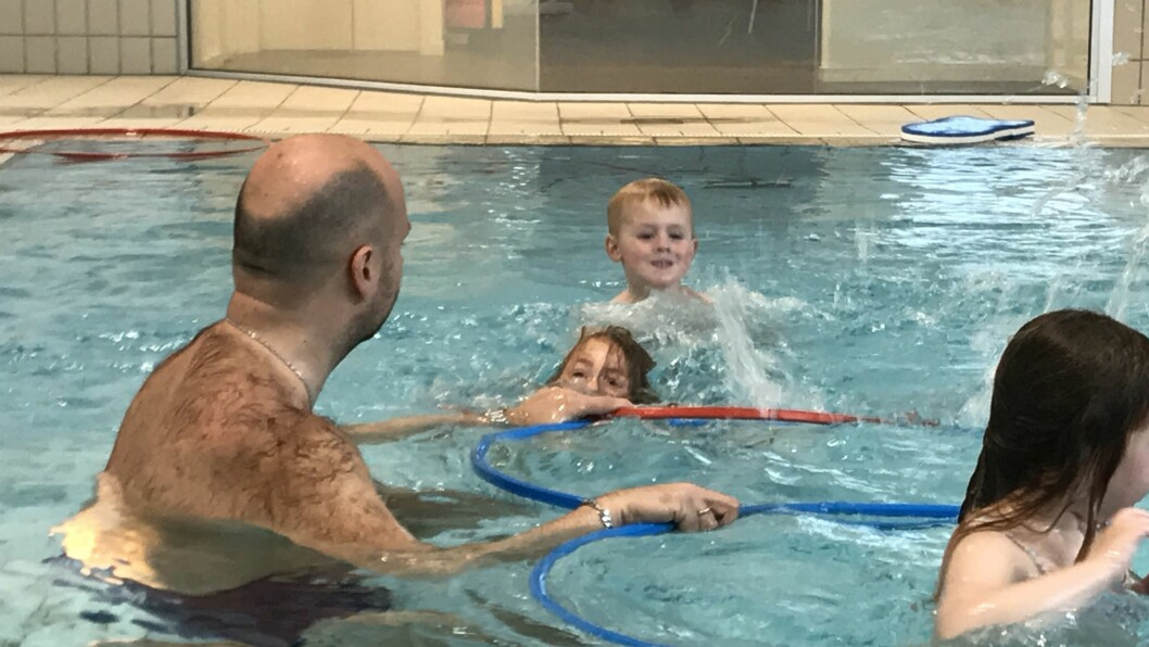 Daglig leder Jan Magnus Mikalsen i Norlandia Paradiset barnehage bruker av sin styrertid på å ta med de eldste barna på svømmeopplæring. Neste år vil flere barn få tilbudet.