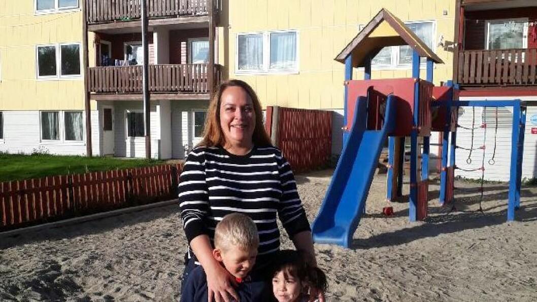 Marita Johansen med to av barna i Bjørkmo barnehage. Sist mandag gikk den foreldreeide barnehagen inn i Hoppensprett.